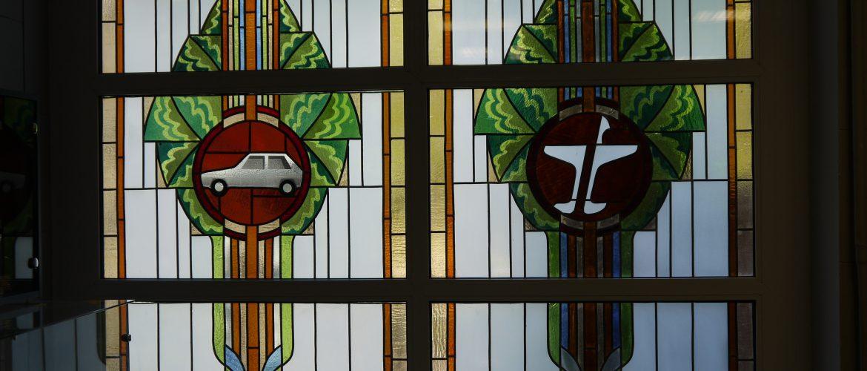 Hallen hade glasmålningar med motiv från ungdomsaktiviteterna.